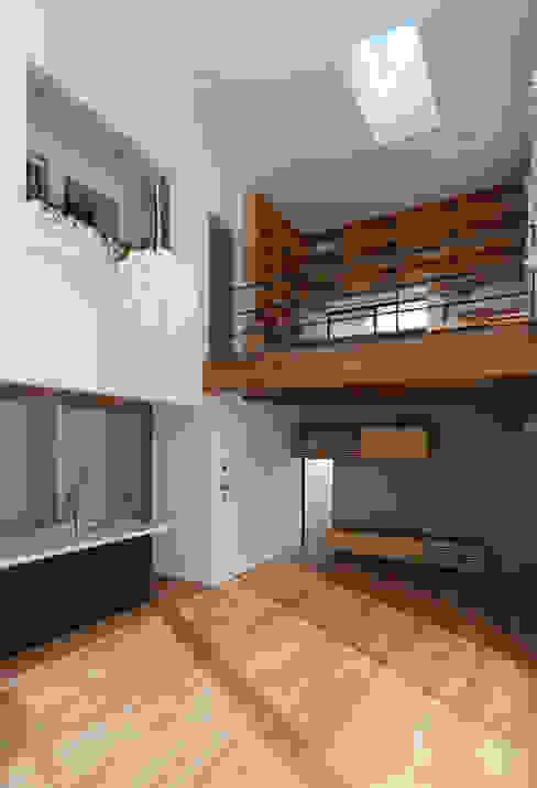 Moderne woonkamers van 株式会社ブレッツァ・アーキテクツ Modern