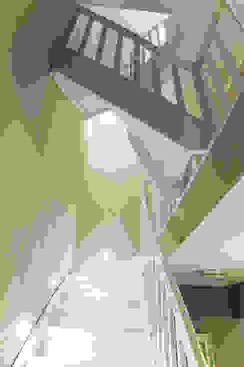 Klasyczny korytarz, przedpokój i schody od homify Klasyczny Drewno O efekcie drewna