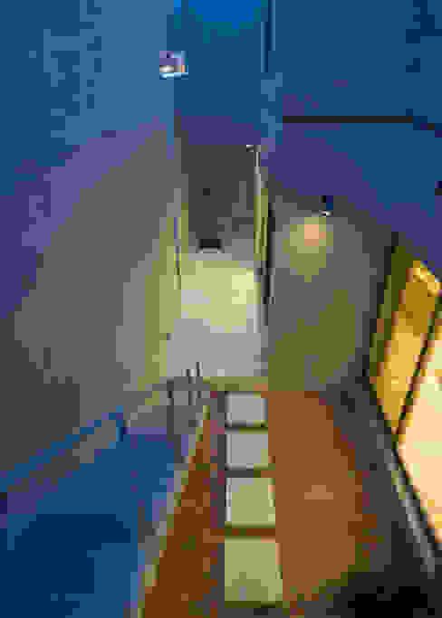 2階テラスから中庭を見る モダンデザインの テラス の 本田建築設計事務所 モダン