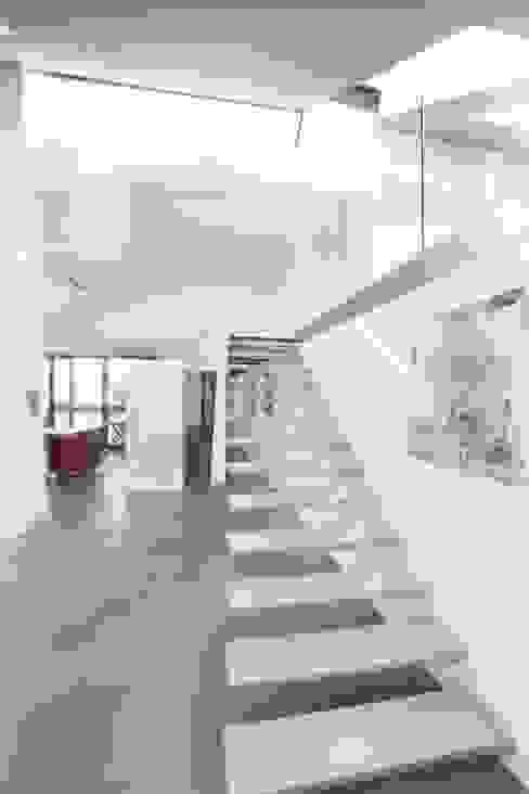 Galerieaufgang Moderne Wohnzimmer von ATELIER WIENZEILE Tintscheff ZT-KG Modern