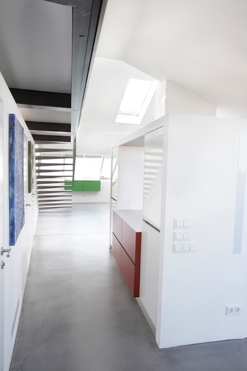 Eingangsbereich mit Blick in Richtung Galerieaufgang Moderner Flur, Diele & Treppenhaus von ATELIER WIENZEILE Tintscheff ZT-KG Modern