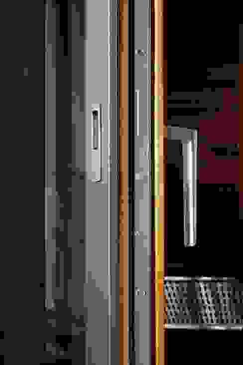 Aluminium-Holz-Fenster mit verdeckt liegenden Beschlägen, flächenbündig eingebaut: modern  von Kneer GmbH, Fenster und Türen,Modern