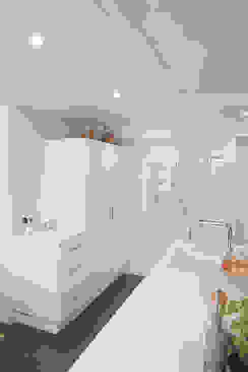 isla de cocina blanca y electrodomésticos de integración Cocinas de estilo clásico de Gumuzio&MIGOYA arquitectura e interiorismo Clásico