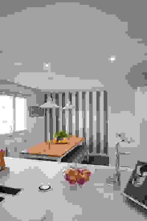 comedor con mesa de madera y banco corrido en cocina blanca con pared empapelada con papel a rayas Cocinas de estilo clásico de Gumuzio&MIGOYA arquitectura e interiorismo Clásico
