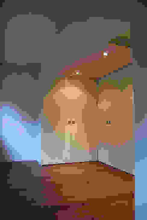 Modern dressing room by Teresa Pinto Ribeiro   Arquitectura & Interiores Modern