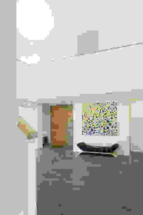 Double height hallway الممر الحديث، المدخل و الدرج من The Chase Architecture حداثي خشب Wood effect