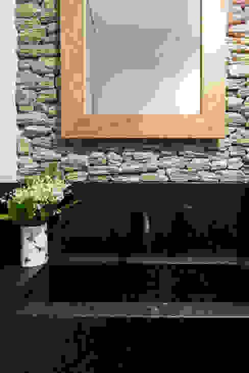 Minimalist, simple lake house design by OIKOI: styl , w kategorii Łazienka zaprojektowany przez Ayuko Studio ,Skandynawski Kamień