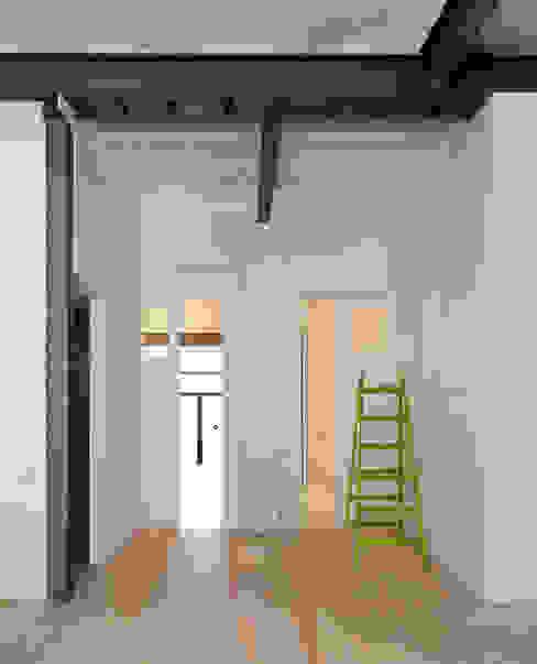 Pasillos y hall de entrada de estilo  por manrique planas arquitectes, Industrial