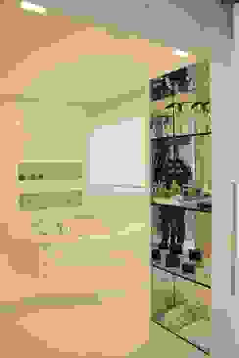 Leticia Prodocimo - LPA ARQUITETURA BathroomShelves Stone White