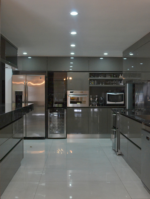 Modern kitchen by Escala Veinte Modern