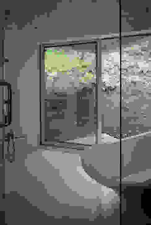 Phòng tắm phong cách hiện đại bởi 高田事務所 Hiện đại