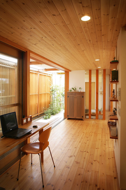 Modern Study Room and Home Office by 松永鉄快建築事務所 Modern Solid Wood Multicolored
