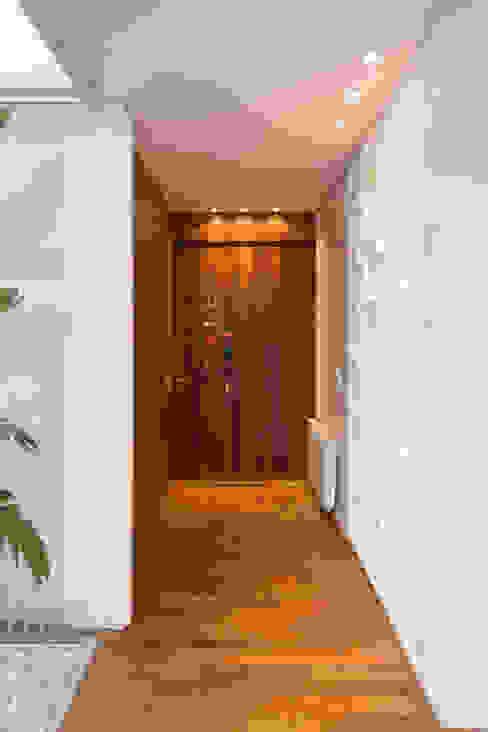 Couloir et hall d'entrée de style  par VISMARACORSI ARQUITECTOS, Moderne