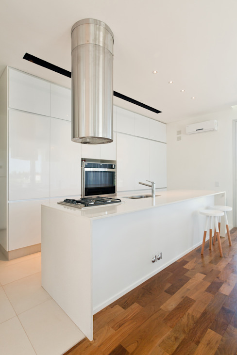 Kitchen by VISMARACORSI ARQUITECTOS