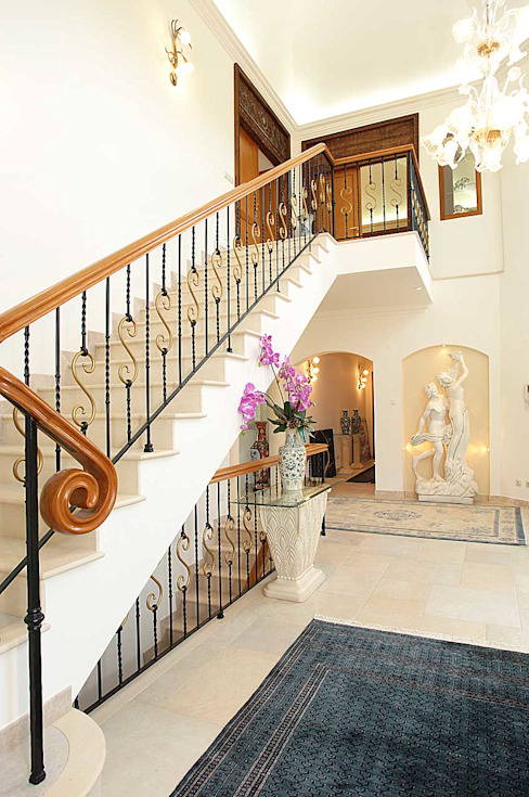 Corredores, halls e escadas clássicos por homify Clássico