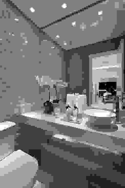 Ванные комнаты в . Автор – Guido Iluminação e Design