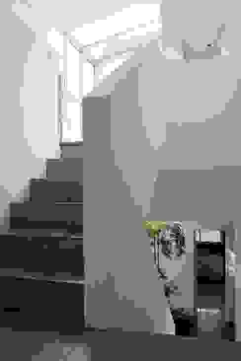 Pasillos y recibidores de estilo  por Remy Arquitectos, Minimalista