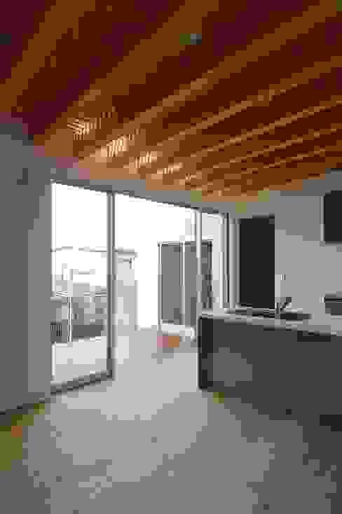 二俣川の家 モダンな キッチン の ディンプル建築設計事務所 モダン 無垢材 多色