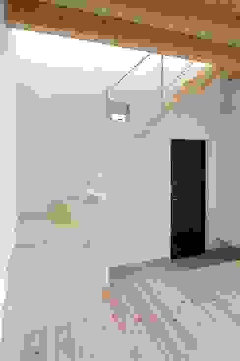 二俣川の家 モダンスタイルの 玄関&廊下&階段 の ディンプル建築設計事務所 モダン 無垢材 多色