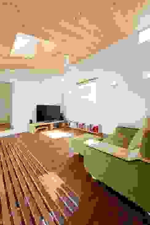 二俣川の家 モダンデザインの リビング の ディンプル建築設計事務所 モダン 無垢材 多色