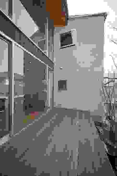 二俣川の家 モダンデザインの テラス の ディンプル建築設計事務所 モダン 無垢材 多色