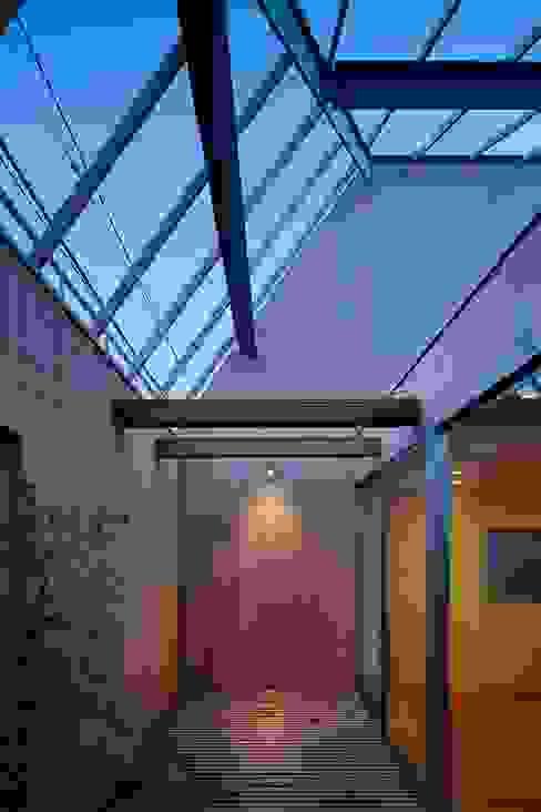 駒沢の家: ディンプル建築設計事務所が手掛けたテラス・ベランダです。,モダン 無垢材 多色