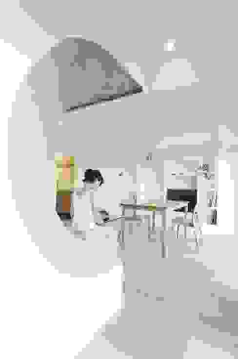 へこみとふくらみ: ディンプル建築設計事務所が手掛けたリビングです。,モダン 無垢材 多色