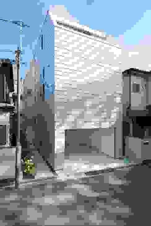 外へは閉じて、内部へ開いた建ちかた: ディンプル建築設計事務所が手掛けた家です。,モダン 鉄/鋼