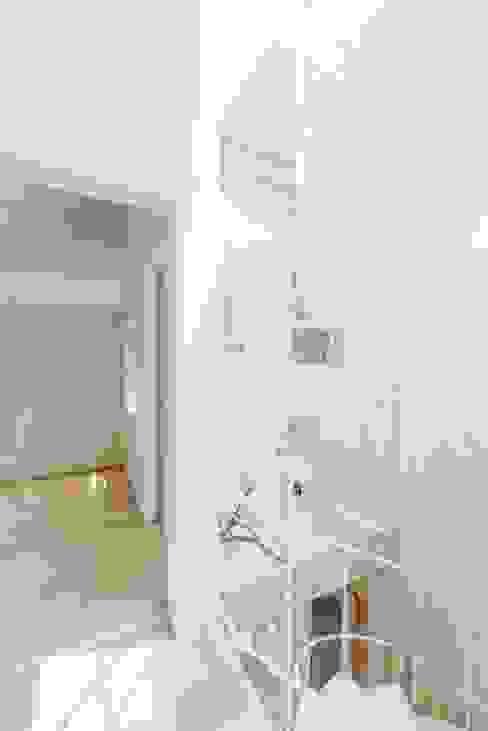 2階吹抜に浮かぶ読書スペース: ディンプル建築設計事務所が手掛けた廊下 & 玄関です。,モダン 鉄/鋼