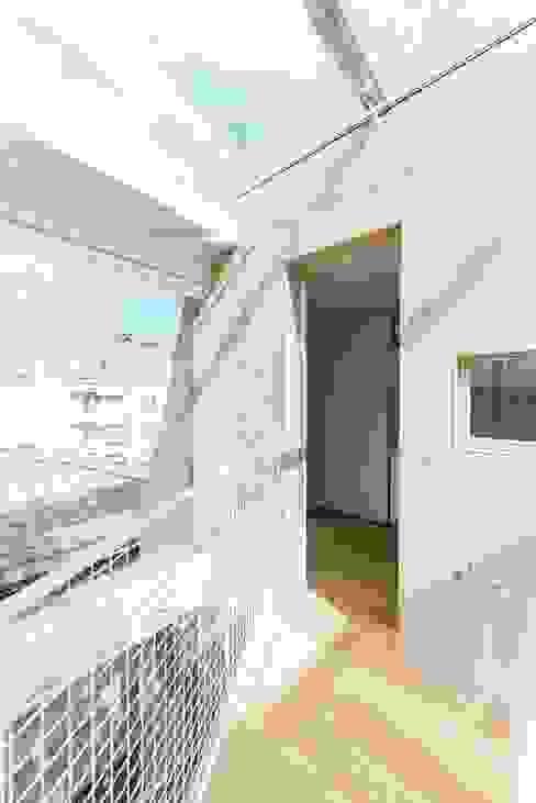 3階吹抜: ディンプル建築設計事務所が手掛けた廊下 & 玄関です。,モダン 無垢材 多色
