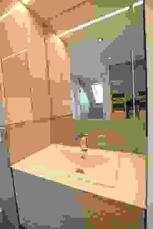 Moderne badkamers van homify Modern Keramiek