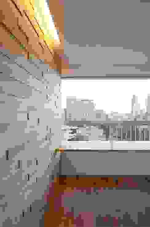 Apartment K: ディンプル建築設計事務所が手掛けたリビングです。