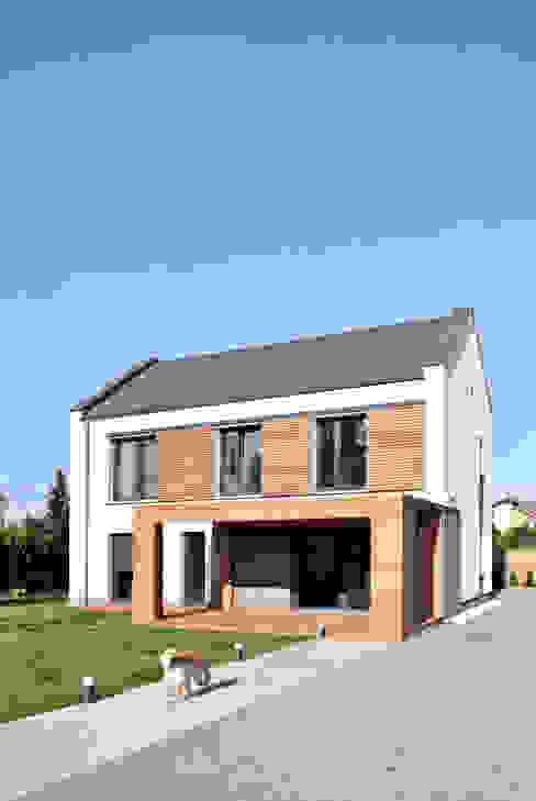Moderne huizen van AAYE Architekci Modern