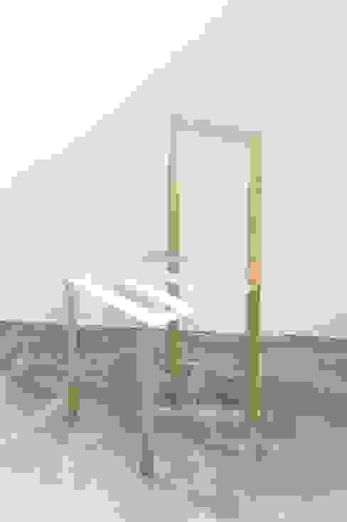 Shallow chair: ディンプル建築設計事務所が手掛けたミニマリストです。,ミニマル 無垢材 多色