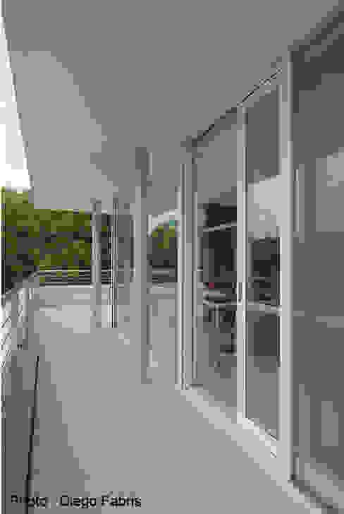 Urban House Finestre & Porte in stile moderno di Studio Vivian Moderno