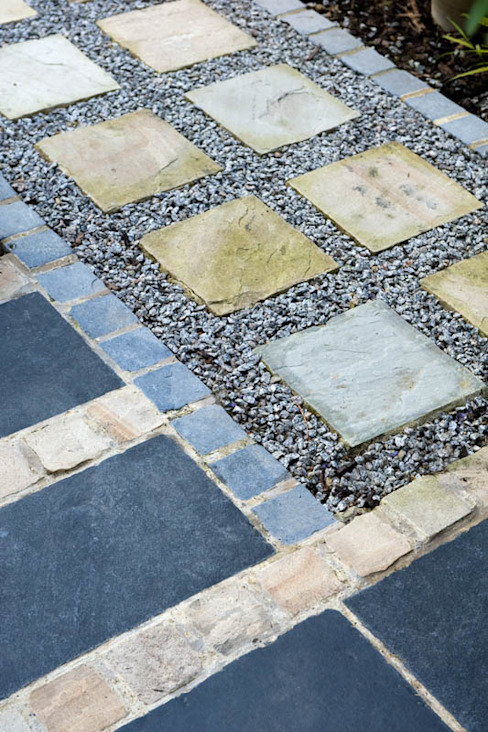 Sandstone, Slate and aggregate path and paving Moderner Garten von Earth Designs Modern Schiefer