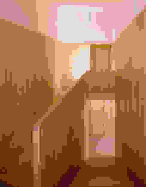 Casa HDM: Corredores e halls de entrada  por SAMF Arquitectos