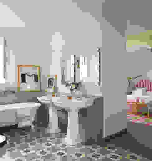 Casa Polo Sotogrande Baños de estilo moderno de Melian Randolph Moderno