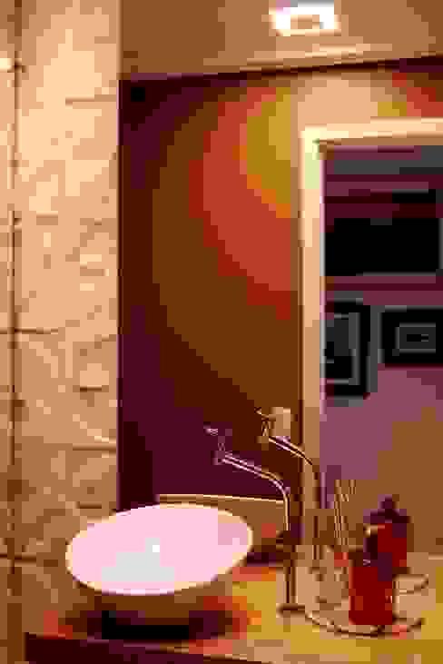 Eklektyczna łazienka od ArchDuo Arquitetura Eklektyczny Kamień