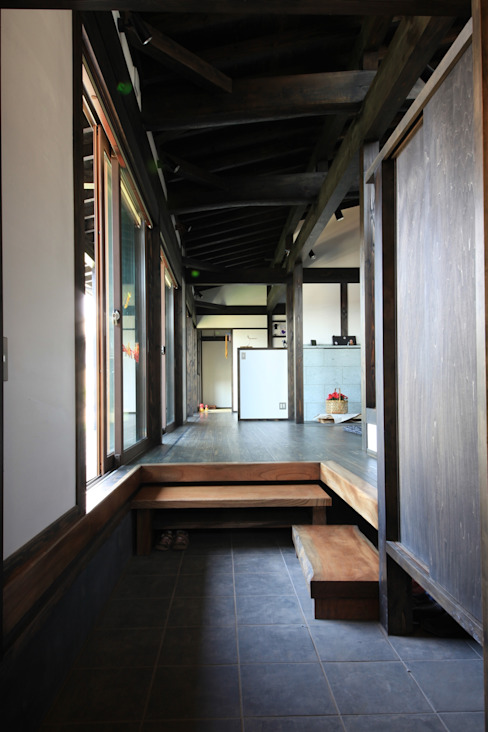 田村建築設計工房 Eclectic style corridor, hallway & stairs