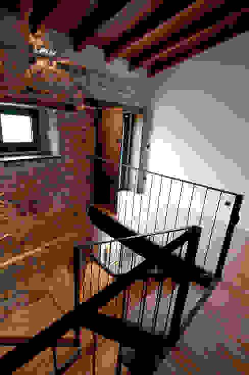 Pasillos, vestíbulos y escaleras de estilo rural de RUBIO · BILBAO ARQUITECTOS Rural