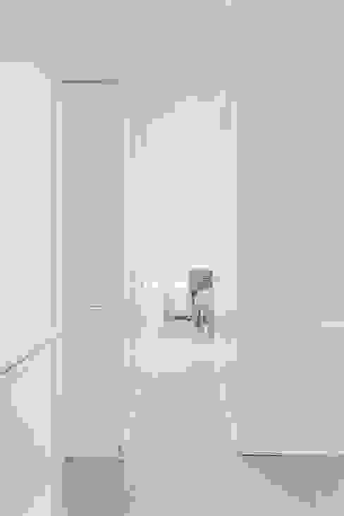 Ingresso, Corridoio & Scale in stile minimalista di Esteban Rosell Minimalista