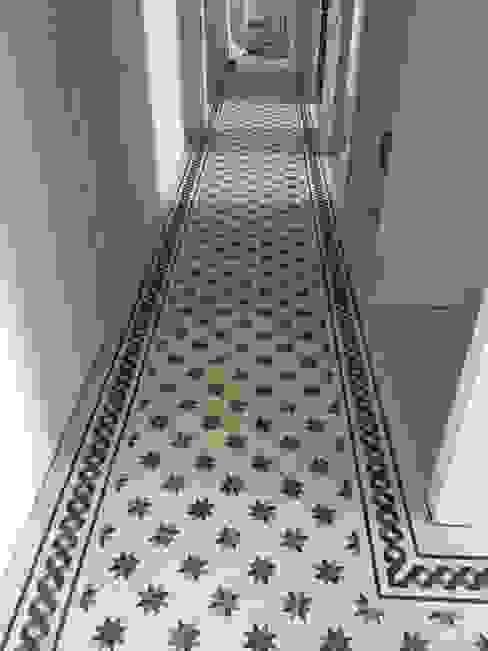 Pasillos, vestíbulos y escaleras clásicas de K.B. Ristrutturazioni Clásico Azulejos