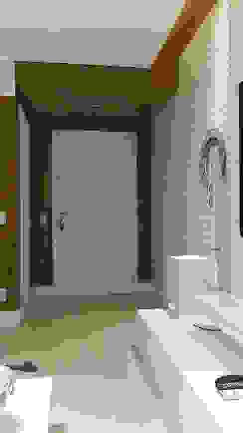 Hall social do apartamento com detalhes exclusivos de marcenaria. Corredores, halls e escadas modernos por Lucio Nocito Arquitetura e Design de Interiores Moderno