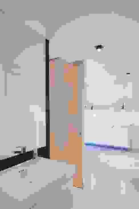 apartamento en edificio manigua Baños de estilo minimalista de Esteban Rosell Minimalista