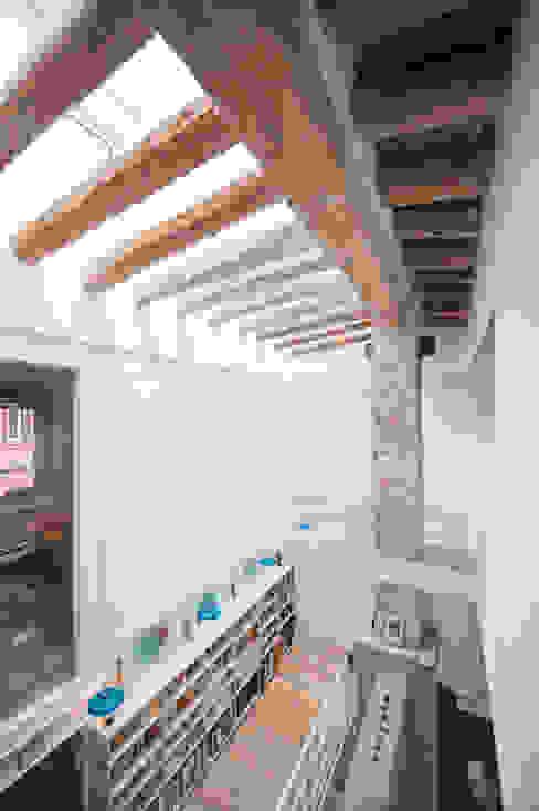 Ingresso, Corridoio & Scale in stile moderno di lluiscorbellajordi Moderno