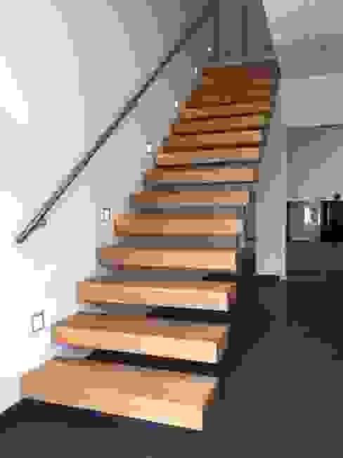 Treppe des Monats Oktober 2015 Moderner Flur, Diele & Treppenhaus von lifestyle-treppen.de Modern Holz Holznachbildung