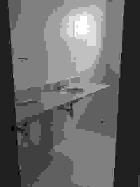 Banheiro: Suíte Casal:   por IMAGINARTE -  Arquitetura & Construção