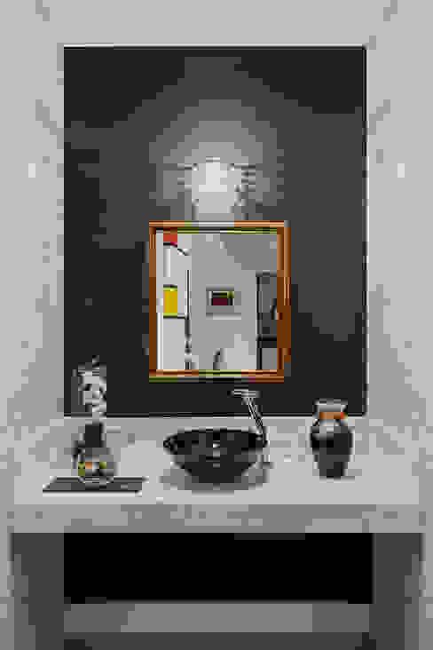 Lúcia Vale Interiores Modern bathroom Paper Metallic/Silver