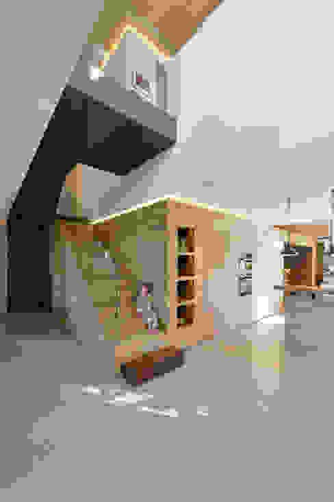 Pasillos, vestíbulos y escaleras de estilo moderno de Ricardo Moreno Arquitectos Moderno